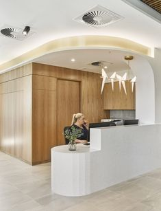 Alexandra Buchanan Architecture were given the task of creating a clean design for orthopedic care at Greenslopes Specialist Medical Consult Suite in Brisbane, Australia. The Greenslopes … Medical Office Interior, Medical Office Design, Healthcare Design, Dental Design, Clinic Interior Design, Clinic Design, Reception Desk Design, Office Reception, Waiting Room Design