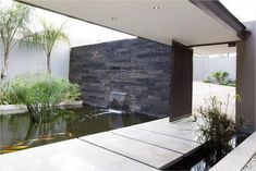 Architecture: Cool Water Feature At The Entrance Of The House On The Koi Fish Ponds: Stylish Contemporary Residence Using Modern Interiors And Hard Design Modern Pond, Modern Garden Design, Modern Backyard, Contemporary Garden, Modern Wall, Modern Design, Backyard Garden Landscape, Ponds Backyard, Patio Pond