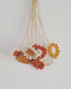 """41 Gostos, 7 Comentários - Pontos e Voltas (@angelapontosevoltas) no Instagram: """"FLORES 🌻🌼"""" Crochet Necklace, Instagram, Jewelry, Fashion, Dots, Flowers, Tricot, Crochet Collar, Jewellery Making"""
