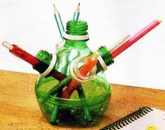Porta Lápis. Materiais: 3 garrafas pet (verde) de 2l; 2 garrafas de pet (branca) de 2l ;régua; pincel azul; tesoura; barra redonda para perfuração com 2,5 cm de diâmetro e chapa de metal com espessura de 1 cm, de 17 x 17 cm.