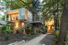 Una casa moderna rodeada de verde