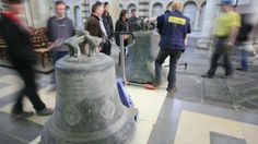 Cathédrale Saint-Julien : Les cloches descendent sur terre. La troisième des sept cloches de la cathédrale Saint-Julien du Mans a été descendue par l'entreprise Bodet.
