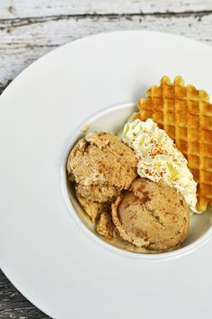 'Speculaas' is a typical Dutch treat and now I made this speculaas ice cream: ice cream with nutmeg, cinnamon and other spices. Mini Desserts, No Bake Desserts, Dessert Recipes, Dutch Recipes, Sweet Recipes, Speculoos Recipe, Frozen, Kulfi, Milkshakes
