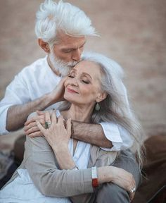 Pure Amour ~ growing old together Older Couples, Couples In Love, Older Couple Poses, Vieux Couples, Grow Old With Me, Growing Old Together, Old Love, Old Couple In Love, Perfect Couple