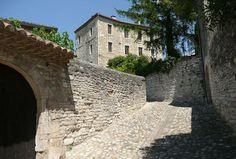 Les Plus Beaux Villages de France Barjac, à la frontière Gard-Ardèche. Foires à la brocante réputées