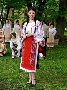 Popular Folk Embroidery Costum popular Romanesc din Dobrogea Traditional Romanian costume from Dobrogea Folk Embroidery, Shirt Embroidery, Learn Embroidery, Embroidery Ideas, Folk Costume, Costumes, Romanian Flag, Embroidery Techniques, World Cultures
