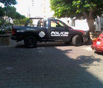 Una patrulla de Guadalajara estorba y no deja pasar a los transeúntes en la banqueta de los cruces de avenida Hidalgo y Venustiano Carranza. Las personas se tienen que bajar a la calle con peligro de que los atropellen. Reportero Ciudadano: Juan Carlos