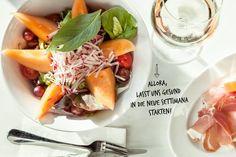"""Unser Motto ist - Pizza! Pasta! Insalata! -  Diese Woche starten wir gesund mit unserem Herbstsalat  """"Piazza San Marco"""" (vegetarisch) mit buntem Blattsalat, Honigmelone, Trauben, Radieschen, Cherry Tomaten und Basilikum.   Naturelmente könnt ihr auch diese Salatschüssel mit Toppings nach Wunsch ergänzen. Buon appetito!"""