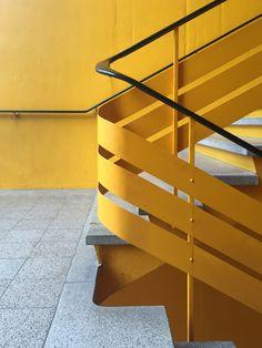 Treppenhaus Messe Basel, Schweiz Railing Design, Stair Railing, Staircase Design, Railings, Contemporary Architecture, Architecture Design, Types Of Stairs, Stair Detail, Wooden Stairs