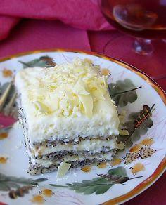 ester2Для коржа размером 40 Х 33 см ( лист для выпечки из стандартной духовки)  4 яйца 2 белка (желтки пойдут в крем) 110 гр сахара 30 гр растительного масла без вкуса 30 гр муки 1/2 стакана молотого мака 1 ч.л. пекарского разрыхлителя 1 ч.л. натурального ванильного экстракта  Для крема патисьер: 240 мл молока 250 гр сливок для взбивания 32% и более жирности 1 лимон (сок и цедра) 2 ст.л. крахмала (вровень с краями) 75 гр сахара 2 желтка 80 гр белого шоколада