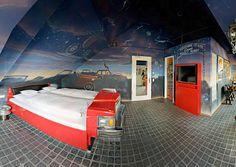 Cet hôtel dédié à l'automobile vous fera dormir dans les voitures les plus confortables du monde