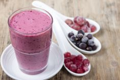 Mmm mm mmmm I just love smoothies. They make you feel so good and they're easy if you're on the run. Some quick tips before I go into recipes: With smoothies you'll be drinki… Easy Healthy Smoothie Recipes, Fruit Smoothie Recipes, Healthy Drinks, Nutribullet Recipes, Detox Drinks, Fodmap Breakfast, Paleo Breakfast, Frozen Fruit Smoothie, Food Map