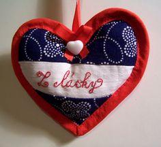 """Srdíčko """"Z lásky"""" Ručně šité srdíčko z modrotisku s vyšívaným nápisem na bílé bavlněné látce, ozdobené červenou stužkou a bílým knoflíkem ve tvaru srdíčka. Rozměry 9 x 9 cm."""