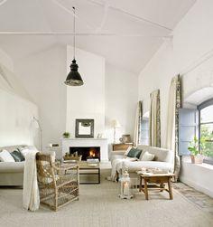 Salón blanco con chimenea y dos sofás enfrentados_ 00269923