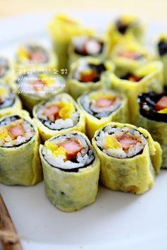 오늘은 제목처럼~~ 만들기 힘들어도 진짜 맛있는 스팸달걀말이 꼬마김밥 입니다. 요건 유명 분식집에서 파... Bento, K Food, Food Box, Kimbap, Asian Recipes, Ethnic Recipes, Korean Food, Lunches And Dinners, Recipe Box