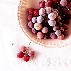 Warme Tage verlangen kulinarische Kühlung. Es kann ein Eis sein, ein frischer Wassermelonen-Smoothie, aber raffiniert einfacher sind Mini-Sorbets im Naturgewand: gefrorene Trauben. Unfassbar befrie…
