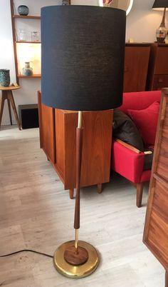 """Lampe sur pied Mid Century en Noyer et Laiton - restaurée et abat-jour neuf 425$ 54""""H x 15""""D"""