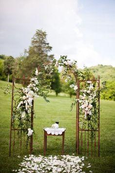 Une vue d'une arche de mariage en métal et une décoration de fleurs                                                                                                                                                                                 Plus