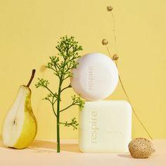 Description Le duo économique Savon + shampoing solide pour une salle de bain clean et zéro déchets! Savon surgras aux 3 huiles végétales parfum poire sauvage - NOTE INCI BEAUTY: 18.6/20 Shampoing solide aux 3 Huiles Végétales tous types de cheveux- NOTE INCI BEAUTY: 18.1/20 Le Savon: À 94% d'origine naturelle, fait en France et éco-responsable, le shampoing solide parfum lait d'amande nourrit et protège tous les types de cheveux. Enrichi aux 3 huiles végétales d'amande douce Bio, d'huile de Cam Made In France, Fragrance Parfum, Place Cards, Place Card Holders, Set Design, Marie Claire, Glamour, Instagram, Products