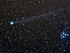 Der Komet C/2014 Q2 Lovejoy passiert am Nachthimmel über dem Nationalpark Eifel den offenen Sternhaufen der Plejaden.