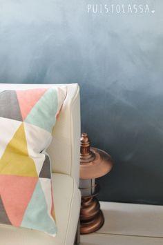 PUISTOLASSA: DIY: liukuvärimaalattu seinä Fiberglass Pool Cost, Throw Pillows, Living Room, Surrey, Bedroom, Architecture, Chicago, Diy, Walls
