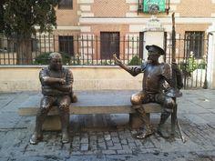 Estatua de Don Quijote y Sancho Panza delante de la casa natal de Cervantes, en Alcalá de Henares, Madrid foto de cristinaserrano840