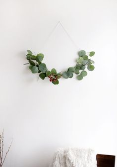 DIY Minimal Half Wreath @themerrythought Minimal Christmas, Diy Christmas, Christmas Wreaths, Christmas Berries, Christmas Greenery, Natural Christmas, Xmas Trees, Scandinavian Kitchen Diy, Scandinavian Christmas Decorations