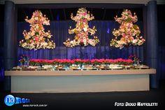 Arranjo no lustre - Decoração festa 15 anos   Stella Miranda Eventos