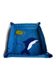 Svuotatasche blu con delfino in pannolenci di Buttonstyle su Etsy, €5.00