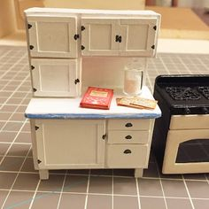 A half inch scale dollhouse hutch This tiny Hoosier cabinet will add charm to your half inch scale kitchen. Test fit everything bef. Dollhouse Miniature Tutorials, Miniature Dollhouse Furniture, Dollhouse Kits, Miniature Kitchen, Miniature Dolls, Dollhouse Miniatures, Miniature Houses, Dollhouse Interiors, Mini Kitchen