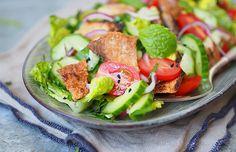 Fattoush salat er i bund og grund en pimpet version af en græsk salat, selvom det muligvis er en udtalelse jeg risikerer at få høvl for af grækerne. Og når det er sagt, så vil jeg sige at jeg elsker virkelig græsk salat. Jeg elsker bare fattoush mere. Den er ligesom den perfekte sommer-salat med de sprøde og saftige grøntsager, masser af super smagfulde krydderurter som for mig er lig med sommerens komme, og så selvfølgelig den geniale måde at bruge left-over pitabrød på. Ideen med de…