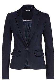 Der knackig-taillierte Einknopf-Blazer von MORE & MORE in dunkelblau mit langgezogenem Revers und Pattentaschen läßt sich businesstauglich mit passender Hose oder sportiv mit dark Denim Jeans stylen. Material: 52% Baumwolle, 46% Polyester, 2% Elasthan. Futter: 100% Polyester...