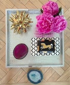 coffee table styling ideas - for a tray Tray Styling, Coffee Table Styling, Decorating Coffee Tables, Coffee Table Design, Coffee Table Inspiration, Home Decor Inspiration, Gold Bathroom Accessories, Kids Room Organization, Barbie Dream House