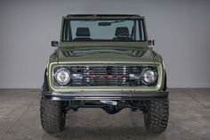 Classic Ford Broncos - check out some of our recent show-quality early model Ford Bronco restorations. Old Ford Bronco, Early Bronco, Classic Bronco, Classic Ford Broncos, Broncos Pictures, Bronco Sports, Cool Old Cars, Future Trucks, Car Colors