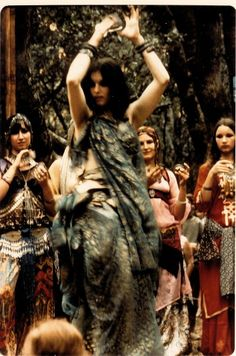 ♀ Aida dancing with Bal Anat, 1972 my heart is leaping out of my chest with excitement Tribal Fusion, Des Femmes D Gitanes, Baile Jazz, Belly Dancing Classes, Tribal Belly Dance, Belly Dance Costumes, Belly Dancers, Gypsy Soul, Madame