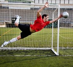 The goalkeeper's role is to prevent the other team from scoring. ゴールキーパーの役目は相手チームが得点するのを阻止することだ。