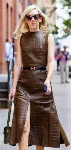 A Brown Slit Leather Dress Street Style Chic, Casual Chique, Mode Boho, Look Plus, Leather Dresses, Mode Inspiration, Leather Fashion, Dress To Impress, Winter Fashion