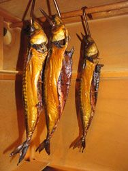 Smoked fish & instructions for building a smoker There is an ebook for sale but the pictures in the ad are detailed plus a video. Homemade Smoker, Homemade Bbq, Build A Smoker, Barbecue Smoker, Fish Smoker, Charcuterie, Smoked Mackerel, Mackerel Recipes, Smoke Grill