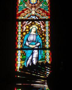 Os vitrais são um dos elementos encantadores na arquitetura das igrejas lusitanas.  #porto #oporto #oportolovers #portugal #lusitana #luso #igreja #church #instatravel #trippics #triptips #congregados #vitral #vitrales #vitrail #stainedglass #viagem #viaje #trip #eurotrip #europe #europa #catolicism #catolicismo by terrasporondeandei
