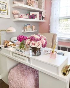 25 Chic Office Desk Arrangements You Need to Copy Now Vol / 25 Chic Office Desk Arrangements You Need to Copy Now vol Get inspired to design your own chic office desk. Twenty five chic office desk ideas you need to copy now. Home Office Space, Office Workspace, Home Office Design, Home Office Decor, Office Style, Pink Office Decor, Work Desk Decor, Office Designs, Small Office Decor