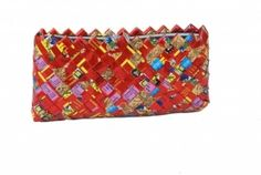 Handtas gemaakt van gerecyclede chips-zakken in Nepal www.kleurrijknepal.nl Nepal, Adult Crafts, Bags, Chips, Fashion, Handbags, Moda, Potato Chip, Fashion Styles