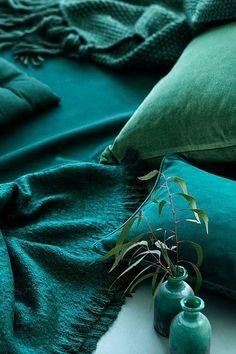 Déco vert canard : tout ce quil faut savoir Clem Around The Corner Terra Verde, Verde Jade, Teal Green, Shades Of Green, Dark Teal, Aqua Blue, Emerald Green Decor, Emerald Color, Emerald Stone