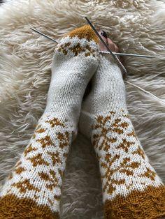 Vottemønster,Sokkemønster ,mønster til pannebånd og mini Selbu 🐑🇳🇴 | FINN.no Knitting Socks, Color Combinations, Mittens, Knit Crochet, Knitting Patterns, Monogram, Wool Hats, Colour, Scarfs