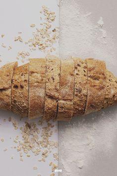 Was tun mit altem Brot? Auf jeden Fall nicht wegwerfen! Denn aus altbackenem Brot kann man ganz einfach Semmelbrösel oder Knödelbrot machen, und viele Rezepte verlangen sogar danach. Probiert doch mal einen köstlichen French Toast oder die knusprigen Brotchips vom Foodblog @lieblingsspeisefoodblog Klickt rein für viele Tipps rund um das Thema Verwertung von altem Brot! Pregnancy Nutrition, Nutritional Yeast, Keto Bread, Toddler Meals, Grain Free, Rolls, Tasty, Healthy Recipes, Round Round