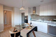 Busca imágenes de Cocinas de estilo moderno en blanco: Cocina modelo Chipiona de Casas inHaus.. Encuentra las mejores fotos para inspirarte y crea tu hogar perfecto.