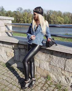 Girl in leather leggings Skin Tight Leggings, Wet Look Leggings, Shiny Leggings, Girls In Leggings, Leggings Are Not Pants, Leather Leggings Outfit, Tight Leather Pants, Tights Outfit, Leggings Fashion