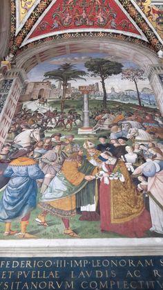 Duomo di Siena - Libreria Piccolomini -  Pinturicchio  - Enea Silvio, vescovo di Siena, presenta Eleonora d'Aragona all'imperatore Federico III