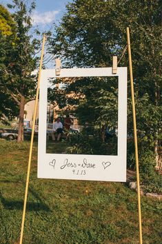 Stunning DIY Wedding Photo Booth Backdrops This giant polaroid frame is a great spin on a photobooth.This giant polaroid frame is a great spin on a photobooth. Cadre Photo Polaroid, Diy Polaroid, Poloroid Photo Booth, Marco Polaroid, Polaroid Photos, Our Wedding, Dream Wedding, Wedding Tips, Wedding Simple