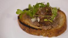 Un antipasto gustoso della tradizione toscana: crostini che si spalmano con una cremiana fatta con le interiora non del pollo (stavolta) bensì di un uccello