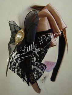 The Little Princess - Tiara confeccionada em fita de cetim, renda, penas e fivela.  OBS: A fivela pode variar conforme estoque. R$ 40,00